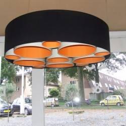 Hängelampe gefüllt mit kleineren Lampenschirmen