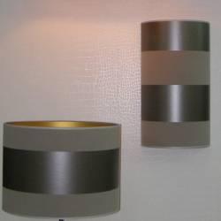 Mehrere Lampenschirme aus Tapete gefertigt.